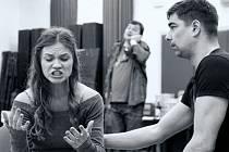 Fotografie ze zkoušky. Na snímku Tereza Bartošová (Cassie), Michal Stalmach (Glen) a Martin Valouch (Lenny).