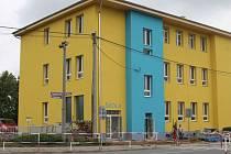 Opravená otická škola září žlutou a modrou barvou.