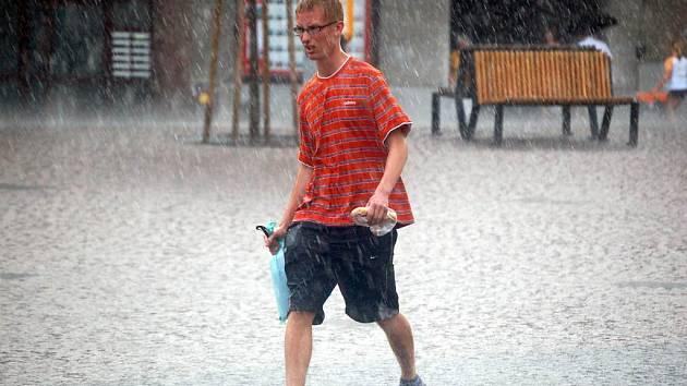Páteční průtrž mračen brala lidem deštníky, ale přinesla také úlevu od veder.