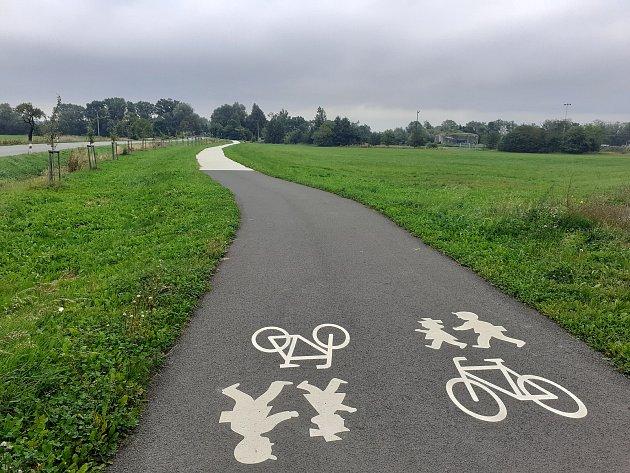 Cyklostezka ve směru na Dolní Benešov.