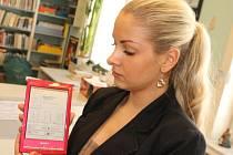 Praktikantka Okresní knihovny Petra Bezruče v Opavě Nikol Džemlová drží v rukou moderní čtečku.