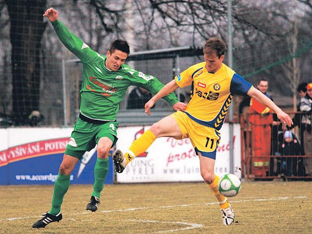 Stoper Hlučína Martin Tomáš (v zeleném dresu).