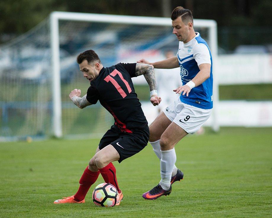 Zápas 25. kola Fortuna národní ligy mezi FC MAS Táborsko a SFC Opava 29. dubna 2017 v Sezimově Ústí. Petr Zapalač - o, Adnan Džafič - t.