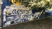 Neznámí vandalové poničili oplocení obklopující opavský fotbalový stadion v Městských sadech.