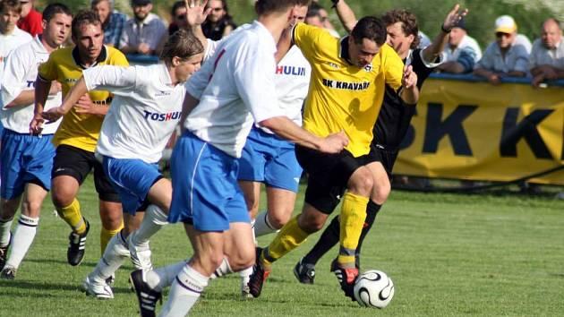 Rozhodčí ponechává výhodu za faul na Buchvladka, Žáček proniká a posílá přihrávku na Ferenze, který pak dává gól.