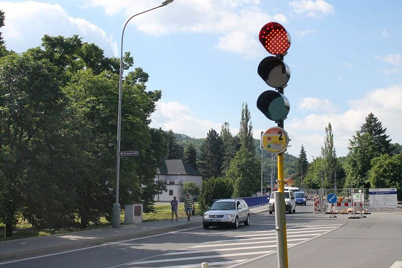 Oprava mostu v Hradci nad Moravicí je v plném proudu.