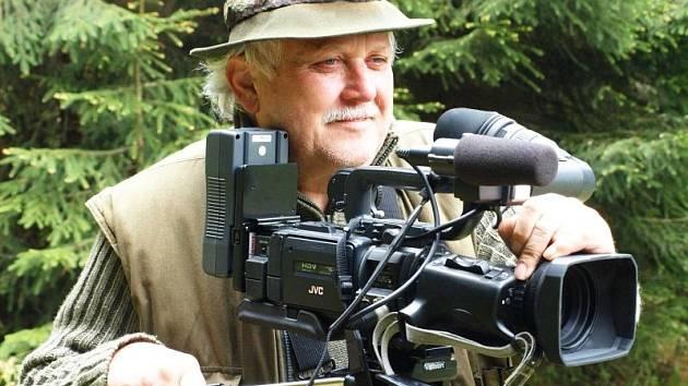 Za kamerou s dalekohledem na krku. Tak znají režiséra a producenta Zdeňka Kouřila jeho kamarádi lesníci a hajní.