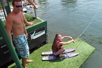 Devítiletá Karolína se během víkendu naučila na vodních lyžích.