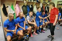 Celkem dvaadvacet fotbalistů se v pondělí ráno sešlo v kabině Slezského FC. Šéftrenér klubu Daniel Kutty společně s hlavní koučem Josefem Mazurou a jeho asistentem Janem Pejšou poté krátkým proslovem zahájili letní přípravu.