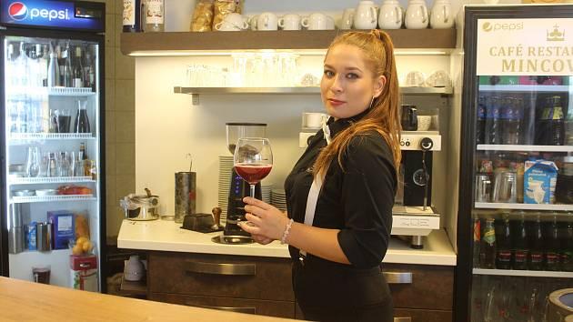 Červený burčák v opavské Café Restaurant Mincovna byl z odrůdy Zweigeltrebe z vinařství Vajbar.