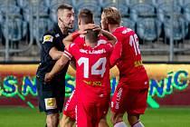 Líšeňští fotbalisté (v červeném) vyčítají hlavnímu sudímu Michaelu Kvítkovi odpískání penalty.
