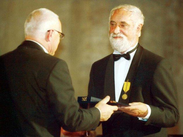 Jindřich Štreit přebírá z rukou prezidenta Medaili za zásluhy.