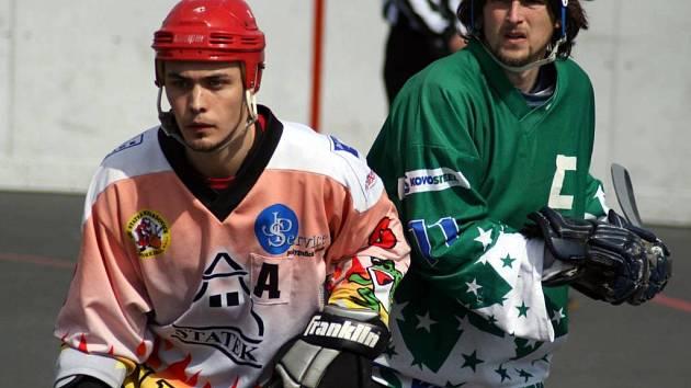Lukáš Přibyla (vlevo) se výraznou měrou podílel na postupu opavských hokejbalistů.