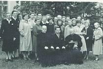 KOSTELNÍ pěvecký sbor 1960.