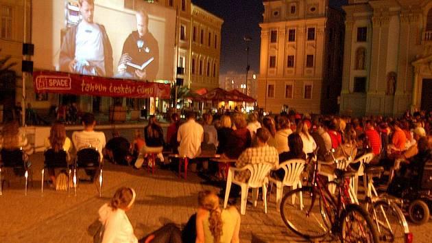 Pojízdný kinematograf bratří Čadíků přilákal na opavské Dolní náměstí velké množství zájemců.