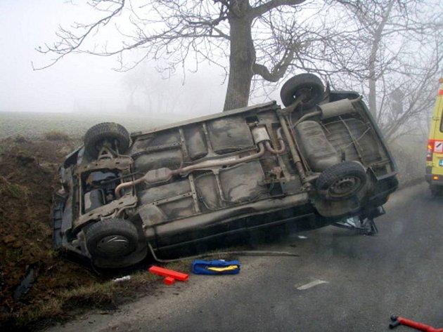 Automobil skončil na střeše.