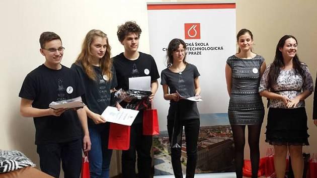 Do celostátního kola chemické soutěže se dostaly hned dva týmy ze Slezského gymnázia v Opavě.