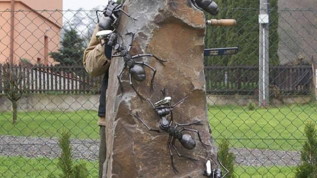 Na kameni se nacházelo celkem osm mravenčích plastik, které zobrazovaly celé mravenčí společenství.