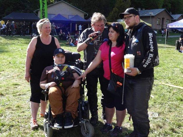 Honzík Matlak společně se svou maminkou převzal od organizátorů Moto-Hadinka více než 17 tisíc korun, které budou použity na nákup nového elektrického vozíku.