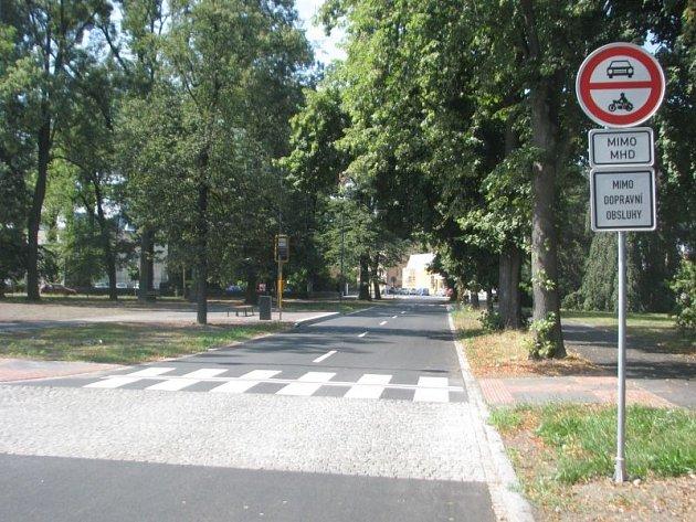 Dříve jste tudy v pohodě projeli na ulici Jaselskou. Po úpravách parkoviště na náměstí Svaté Trojice zde může už jen autobus.