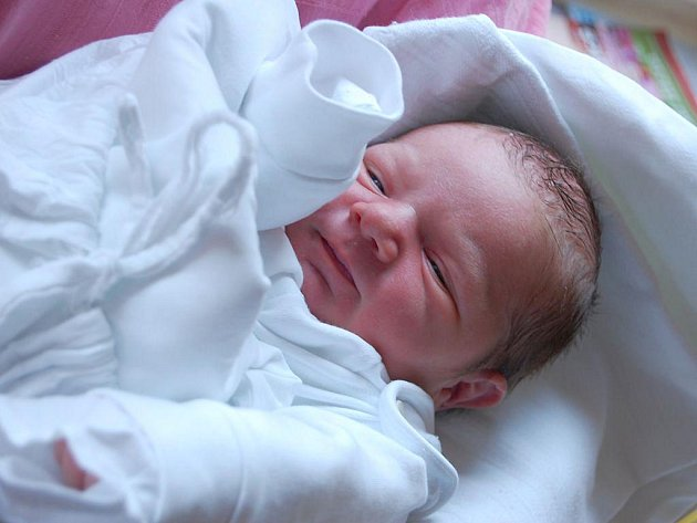 Šimon Šovčík se narodil 12. dubna, vážil 3,85 kg a měřil 53 cm. Doma už se na miminko těší bráška Matěj. Rodiče Lucie a Lukáš Šovčíkovi z Jakartovic přejí malému do života jen to nejlepší.