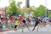 """Tři nejrychlejší muži v cíli pražského půlmaratonu. Dramatický spurt """"brusle na brusle"""" nakonec vyhrál Vojtěch Pospišilík (uprostřed), druhý byl opavský Jan Pecka (vpravo) a třetí Adam Adlt."""