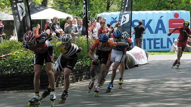 Vojtěch Drastich (na fotografii třetí) v konkurenci zkušených borců získal bronzovou příčku v závodě na 21 kilometrů a je velkou nadějí opavského in-line bruslení.