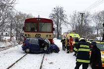 K vážné dopravní nehodě došlo v úterý ráno na železničním přejezdu v Mladecku. Na místo musel přiletět i vrtulník záchranářů, který transportoval do ostravské nemocnice zraněného řidiče osobního auta.