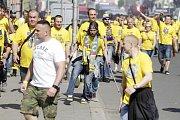 Fanoušci Slezského FC Opava při cestě na Andrův stadion.
