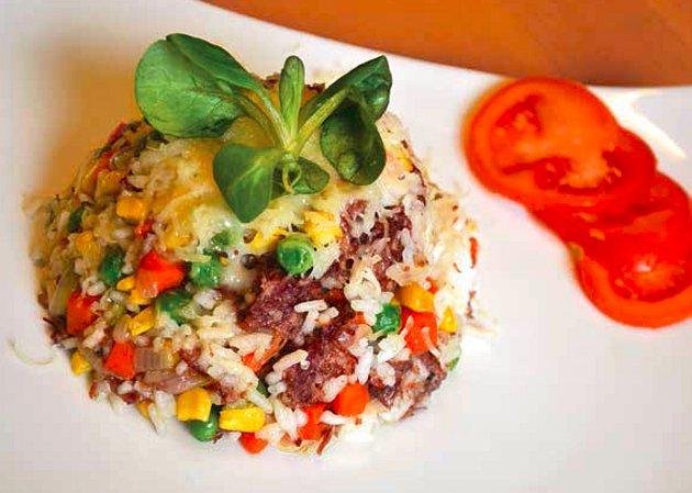 Takto vypadá rizoto z úsporné kuchařky, které mimo jiné uvaříte z konzervy hovězího masa, sáčku mražené zeleniny, rýže, cibule, tvrdého sýra a koření.