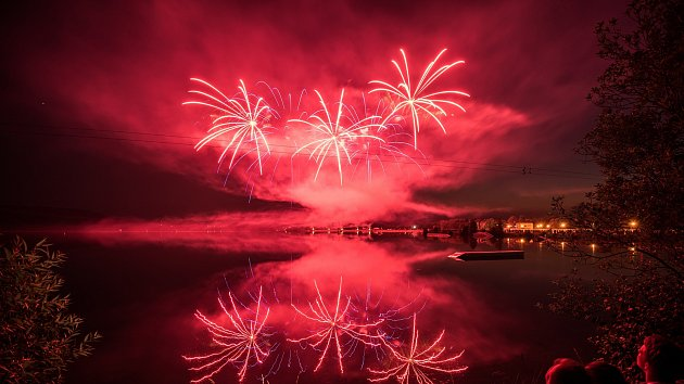 Fenomenální show a deseti tisíce diváků rozprostřených v okolí Hlučínského jezera. Taková je realita Hlučína během festivalů ohňostrojů.