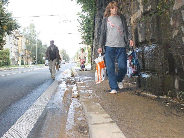 Bahno pod viaduktem na Olomoucké ulici v Opavě je velkým problémem pro procházející chodce.