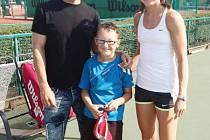 Mladá naděje hradeckého tenisu Filip Kremser s trenérem Jiřím Heiderem ve společnosti české tenistky Lucie Šafářové.