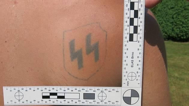 Policie řešila případ vytetovaného symbolu SS na zádech návštěvníka hradeckého koupaliště.