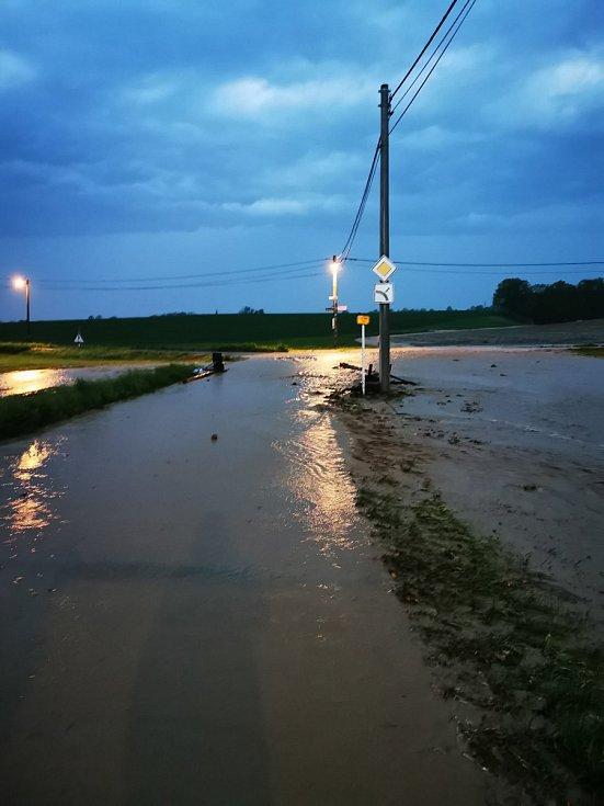 Zaplavená křižovarka v Hati, směrem na Šilheřovice, 12. května 2021. Snímky sdílejí lidé na facebookovém profilu Prajzská republika.