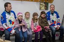 Sobotní akci podpořili také Petr Czudek se Zdeňkem Pospěchem, kteří navštívili v týdnu malé bruslaře z mateřských škol, kteří se učí bruslit v rámci projektu Naučíme naše děti sportovat.