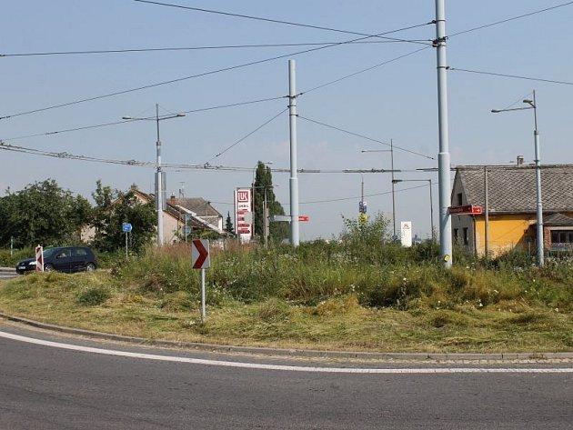 Zpola posekaný kruhový objezd v Opavě-Jaktaři ve středu před desátou hodinou dopolední.