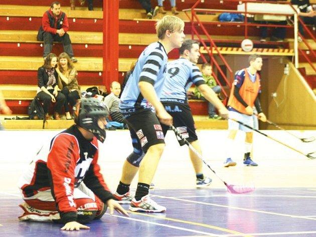 Snímek z utkání proti Frýdku-Místku, před domácím gólmanem Vladimírem Černínem brání David Martiník, v pozadí Lukáš Rychlý.