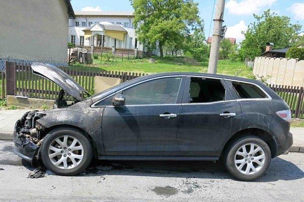 Škoda za 150tisíc korun vznikla při požáru, který ve středu před polednem zachvátil před pustopolomskou školou osobní automobil zn. Mazda.