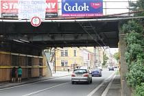 Nepovolený a nelegální transparent vyzývající k účasti na protiromské demonstraci v Ostravě visel na železničním viaduktu v Olomoucké ulici v Opavě ještě v pondělí tedy několik dnů po akci.