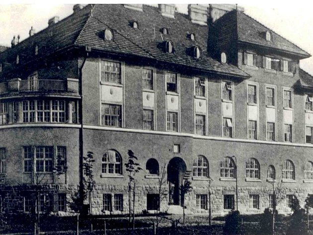 Opavská porodnice začátkem dvacátého století. V této podobě si budovu pamatuje už jen málokdo.