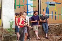 Atrium Domu umění opět ožilo výstavou, která jej tentokrát důkladně proměnila. Na snímku vedoucí ateliéru malby II Institutu pro výtvarná studia v Ostravě František Kowolowski (úplně vpravo).