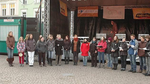 Opavský Vánoční jarmark na obou hlavních náměstích v pátek začal a pro řadu obyvatel slezské metropole se tak stal cílem i sobotního odpoledne.