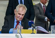 Prezident Miloš Zeman diskutoval zhruba půl hodiny na hlučínském Mírovém náměstí.