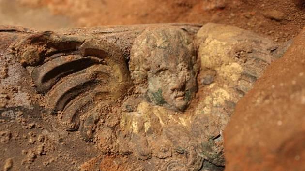Detail renesanční rakve nalezené v podzemí kostela sv. Ducha.