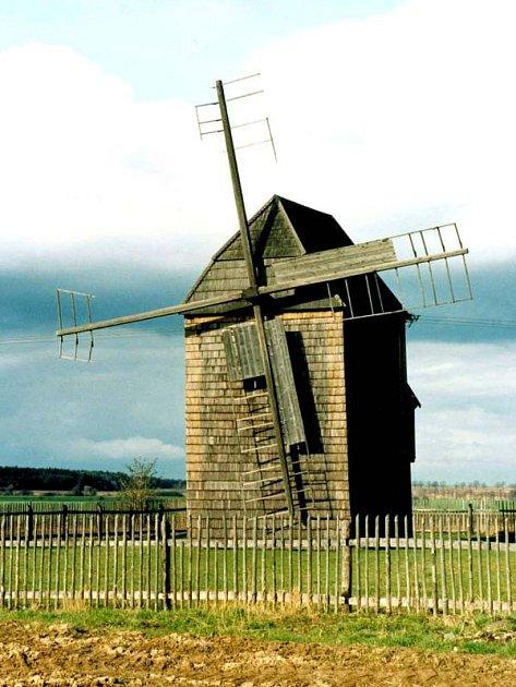 Na samotě, kousek za obcí stojí Raabův větrný mlýn beraního typu nazvaný podle původních majitelů.