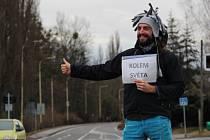 Pavel Klega u silnice nedaleko hlučínského Lidlu, tedy v místě, kde zhruba před dvěma a půl lety jeho cestovatelská pouť stopem začala.