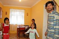 Pavel Kudrik s dcerami v nové kuchyni.