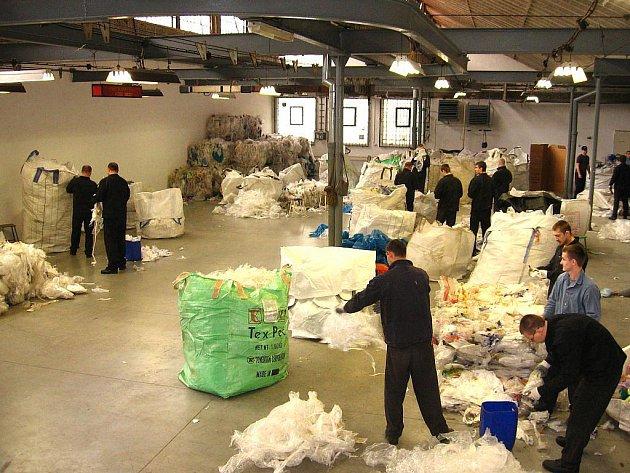 Opavská věznice navázala spolupráci s bruntálskou firmou Uniflex Moravia týkající se třídění odpadů. Zaměstnanci firmy přivážejí do opavské věznice plastový odpad a ukládají ho v nevyužité výrobní hale.