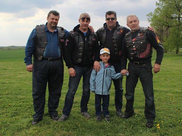 Před Národním památníkem II. světové války ve čtvrtek okolo čtvrté hodiny zněla ruština poměrně zřetelně. Právě vtu dobu sem totiž dorazila čtveřice členů nejstaršího motorkářského klubu vRusku Nočních vlků.